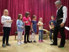 Netradiční hodina hudební výchovy s p. Ivanem Urbánkem.